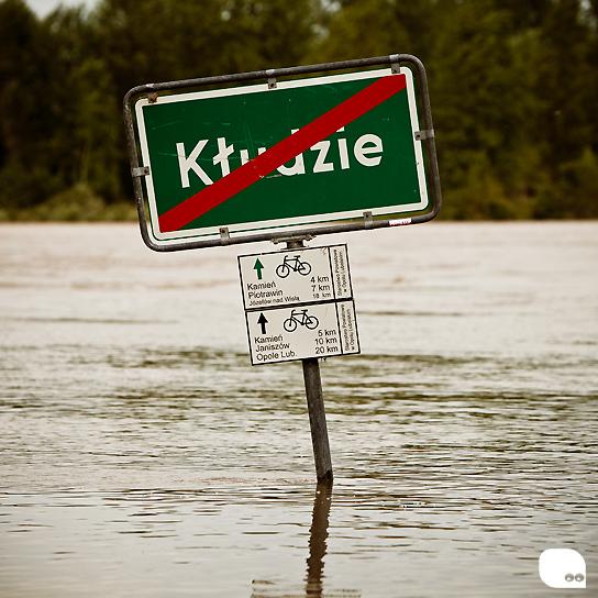 zalana tabliczka wsi kłudzie